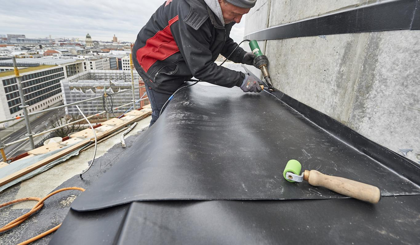 Installer fixing synthetic membrane